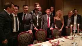 Gerard Piqué y Shakira, con Hiroshi Mikitani y parte de la directiva del Barça