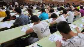 Unos alumnos se examinan de selectividad.