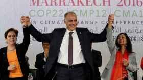El ministro marroquí Salaheddine Mezouar escenifica una celebración en la COP22.