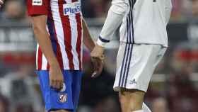 Cristiano Ronaldo y Koke se pican durante el derbi.