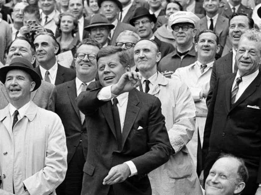 JFK, con Larry detrás (2º por la izquierda), en el béisbol en 1962.