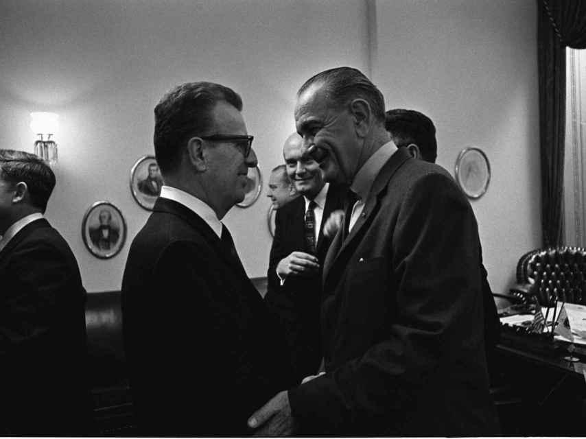 Larry con el presidente Johnson.