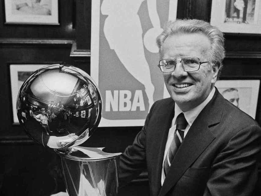 El comisionado con el trofeo de campeón en 1976, al que acabaría dando nombre.