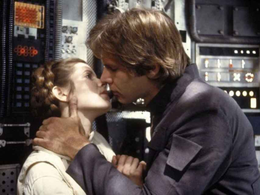 Mítico beso entre Harrison Ford y la Princesa Leia en Star Wars.