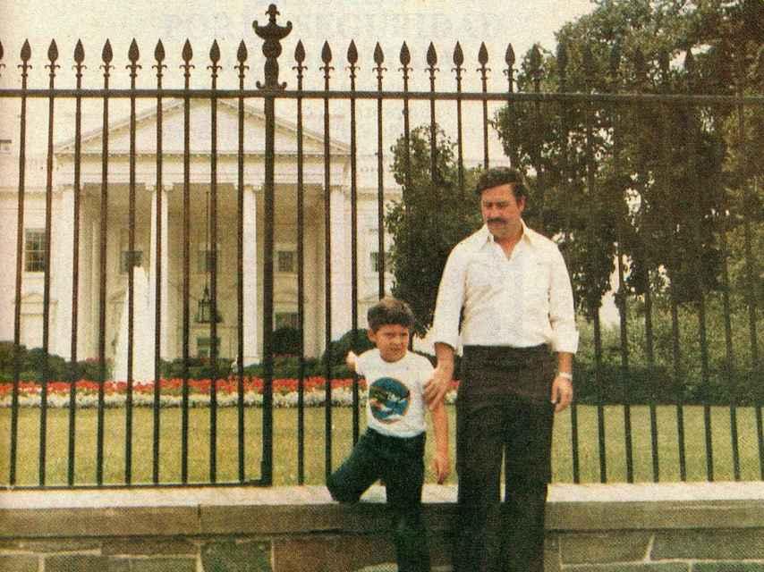 Santiago Marroquín de niño junto a su padre, Pablo Escobar, frente a la Casa Blanca.