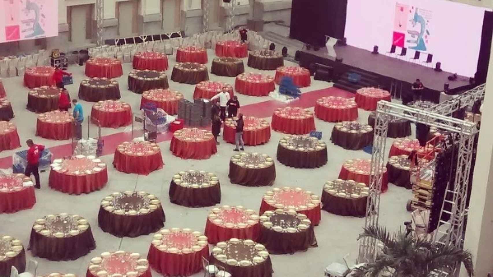 Los colores corporativos, el rojo y negro, vestían el ambiente de la cena.