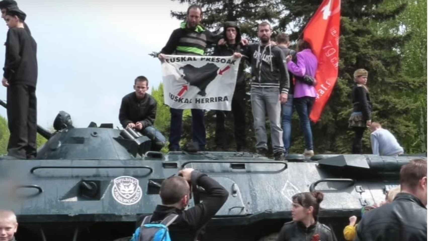 Otra foto de Adur Ramírez con sus amigos sobre un tanque.