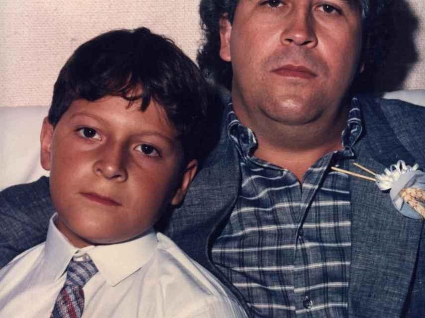 El pequeño Sebastián Marroquín, junto a su padre, el narcotraficante Pablo Escobar.