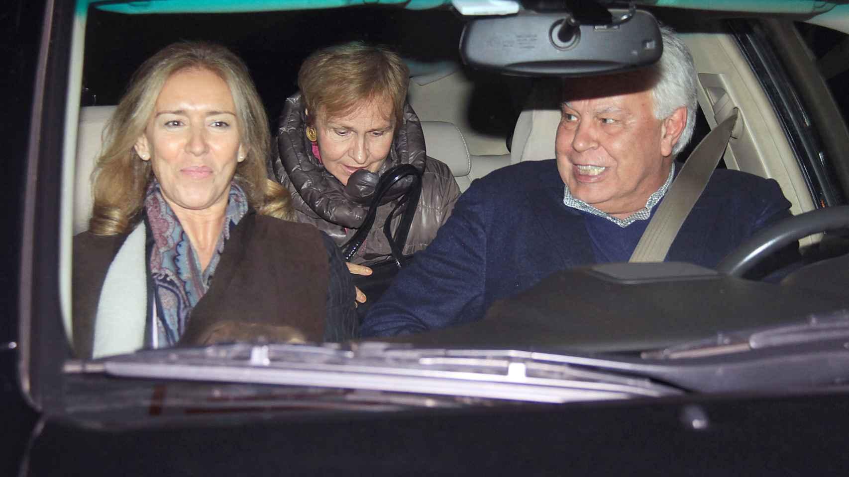 La pareja Mar García-Vaquero y Felipe González, en un coche