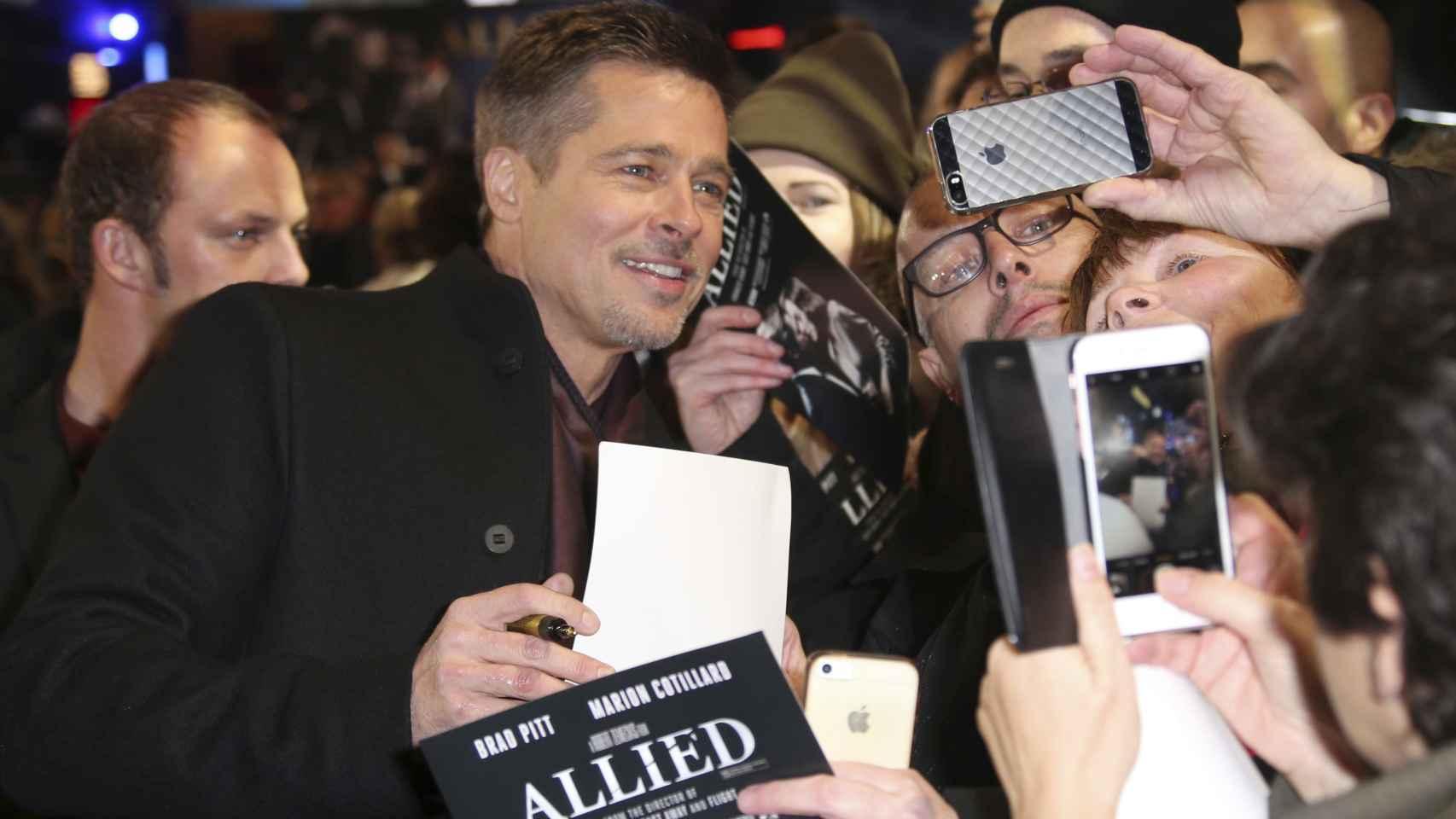 Brad Pitt posando junto a sus fans este lunes en Londres.