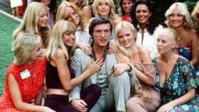 Hugh Hefner con 'conejitas' de Playboy.