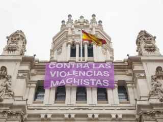 El Ayuntamiento de Madrid cuelga una pancarta contra la violencia machista