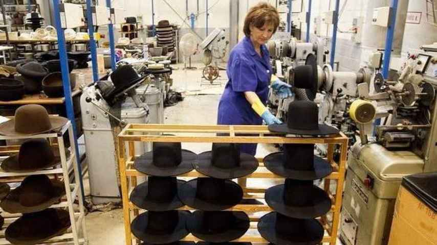 Una mujer trabajadora en una fábrica.