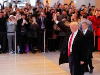 Trump saluda a sus seguidores a su llegada a las oficinas del 'New York Times'