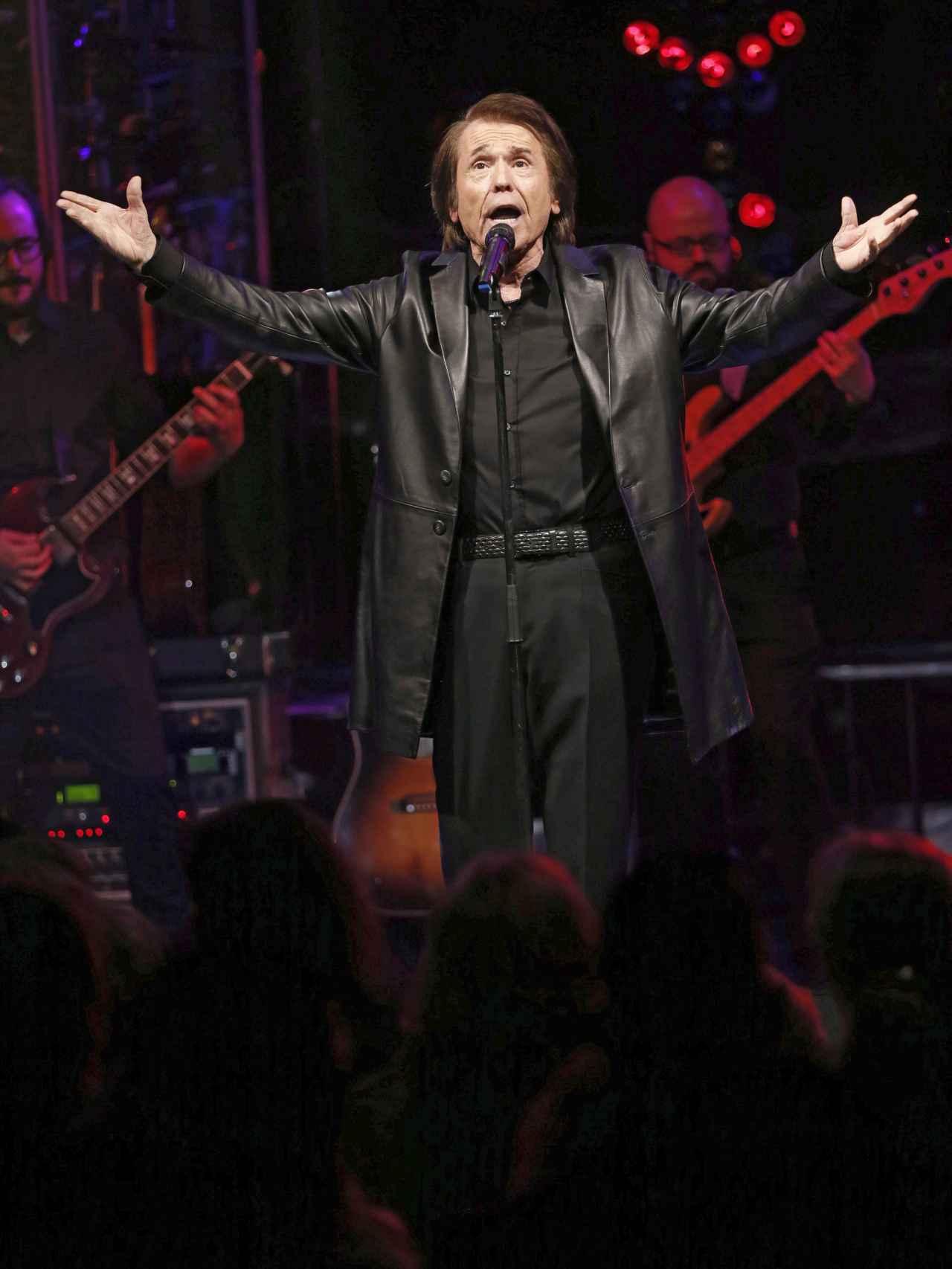 El cantante ha elegido un look rockero para su concierto presentación