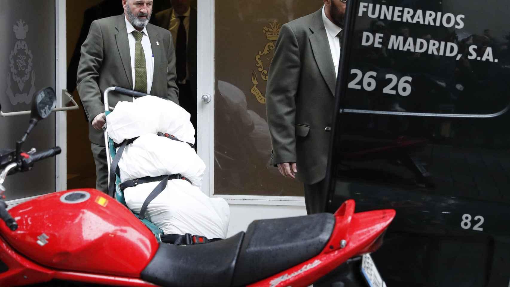Operarios trasladan el cadáver de Rita Barberá en un hotel de Madrid.