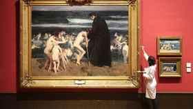 Uno de los trabajadores del Museo Sorolla ultima la presentación de Triste herencia.