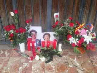 Flores y velas en el Ayuntamiento de Valencia en recuerdo de Barberá