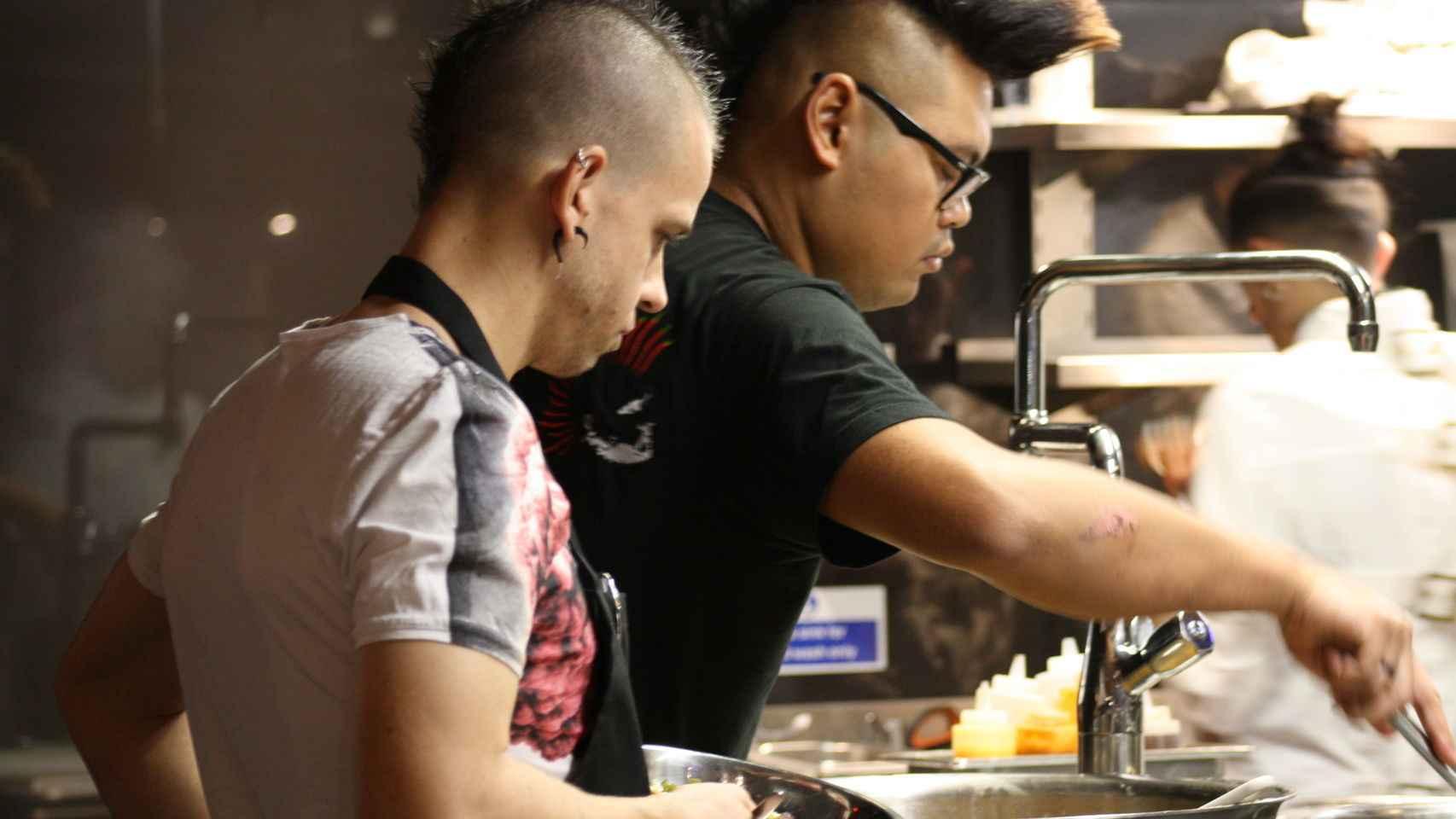 Dabiz  Muñoz elaborando el plato en su restaurante