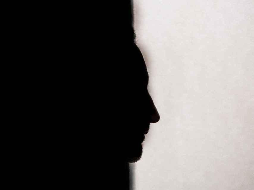 Un hombre que ha ejercido violencia psicológica contra su pareja.