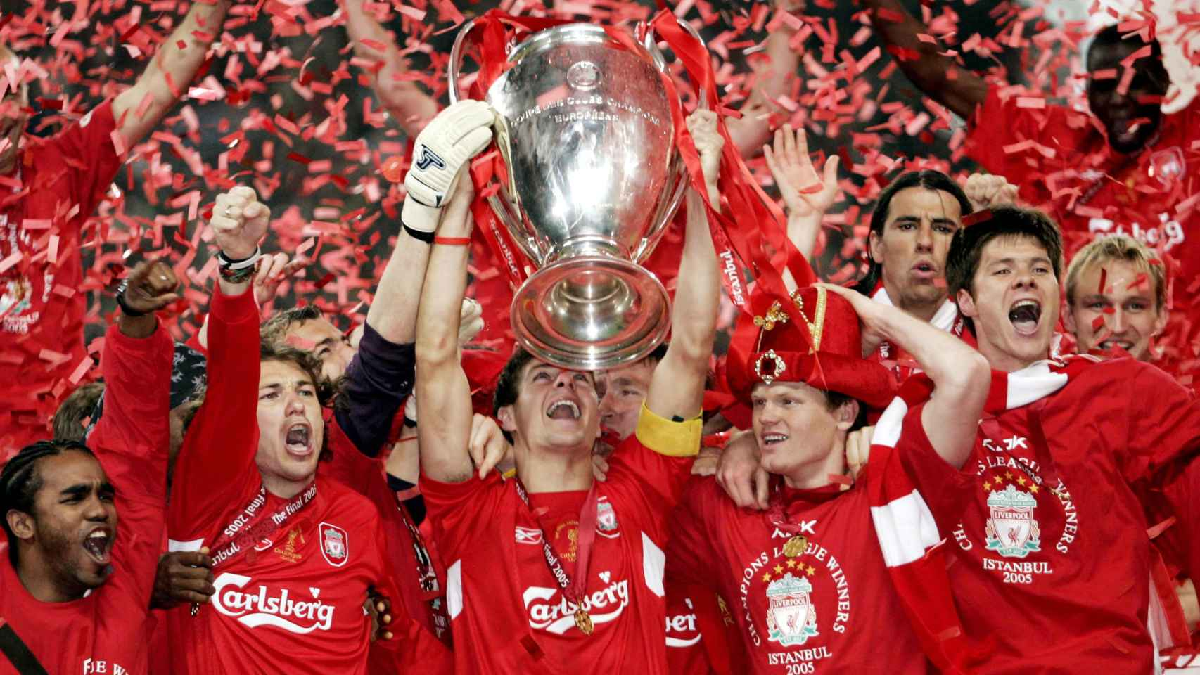 Gerrard levanta la Champions League en Estambul en 2005.