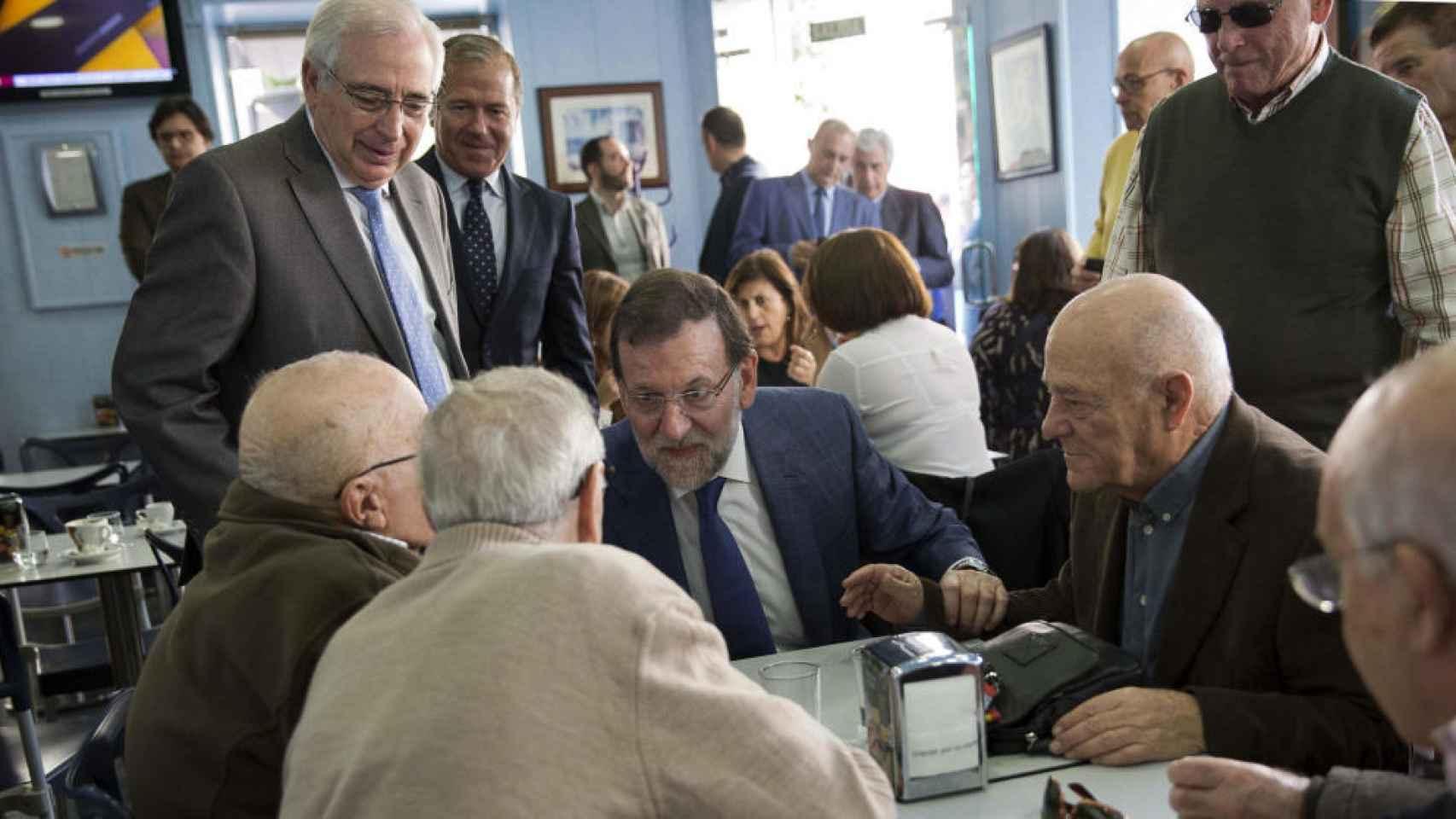 El presidente del Gobierno, Mariano Rajoy, en una reunión con pensionistas.