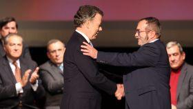 Santos y Timochenko se felicitan tras firmar el acuerdo.