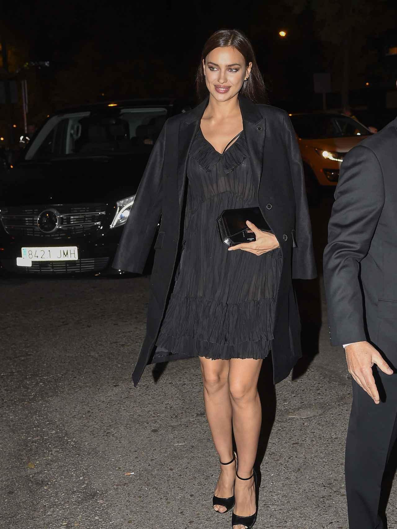 Irina Shayk, con vestido negro y amplio, acudía a la Embajada de Italia en Madrid.