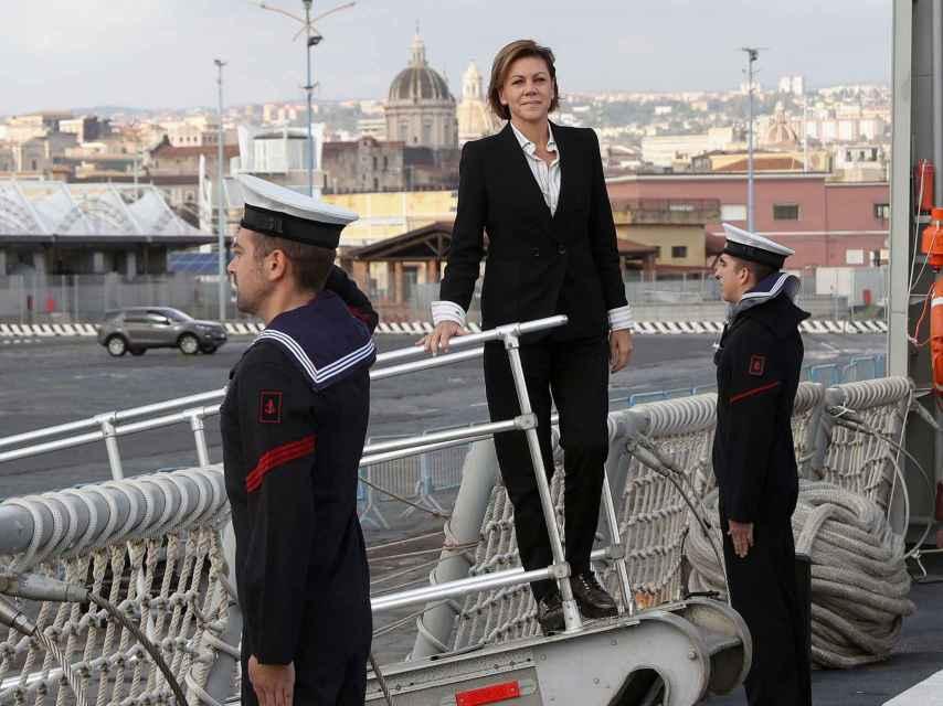 Cospedal entrando en la fragata en Sicilia.
