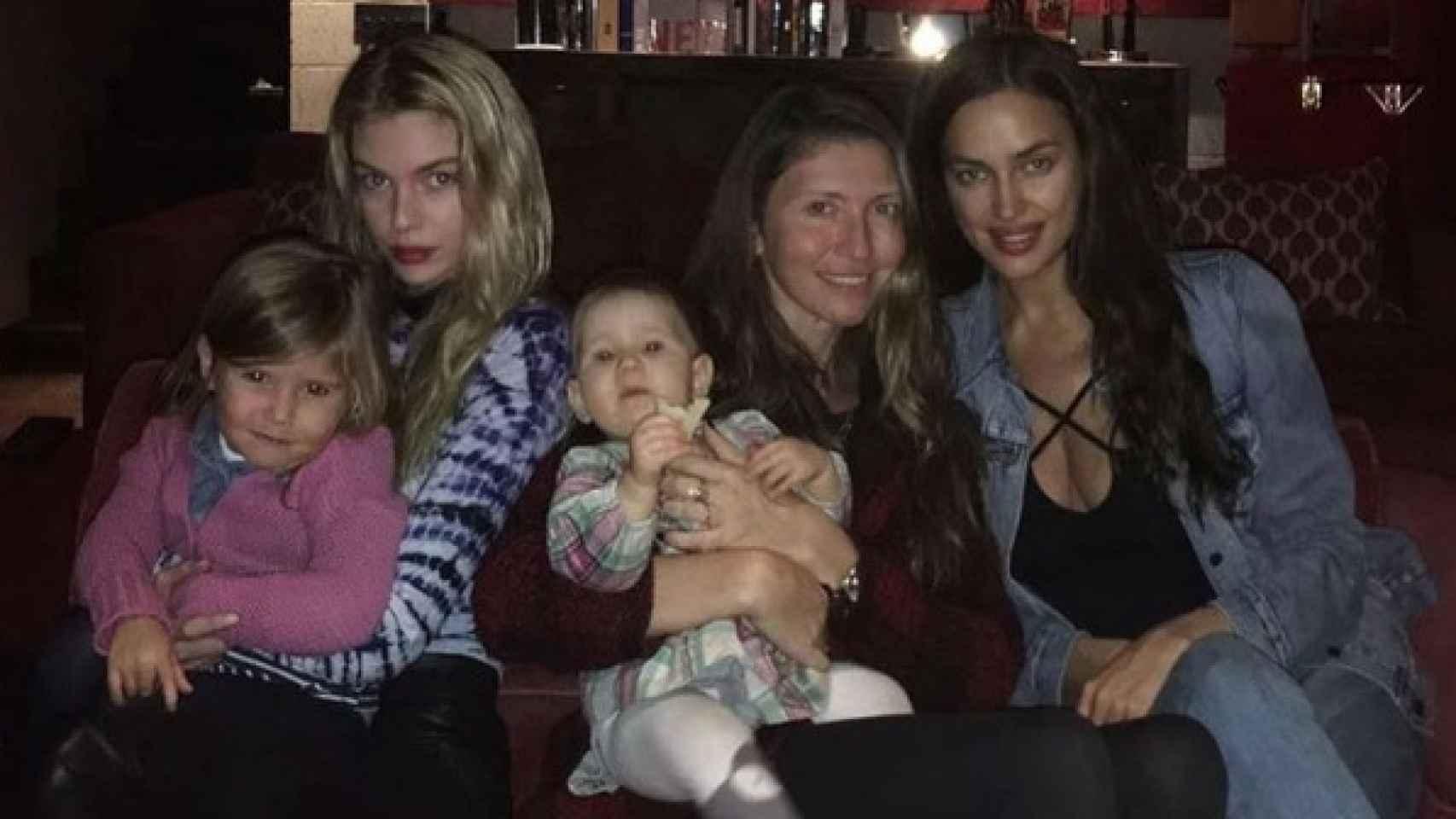 Stella Maxwell, a la izquierda, e Irina Shayk, a la derecha de la imagen, cenaron juntas con una amiga por Acción de Gracias.