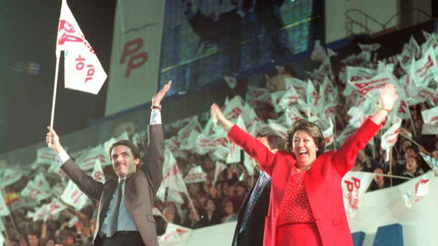 Rita Barberá en un mitin de José María Aznar en 1996 en el campo de fútbol de Mestalla.