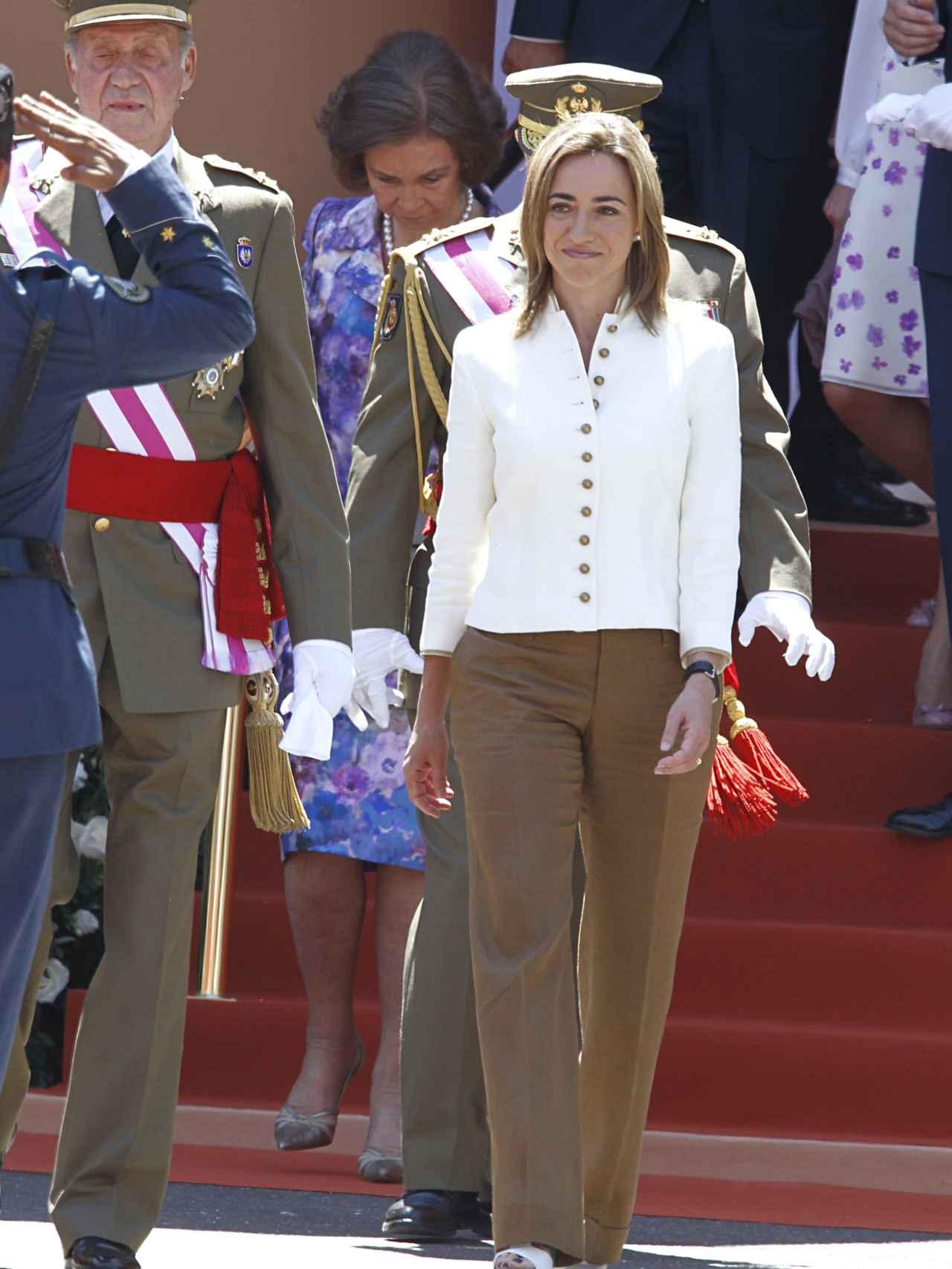 Carme Chacón cuando era ministra de Defensa durante el desfile de las Fuerzas Armadas en Badajoz en 2010.