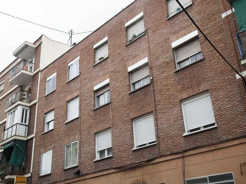 El edificio del que Juliana González fue desahuciada en 2011, situado en la calle Alhambra (Madrid).