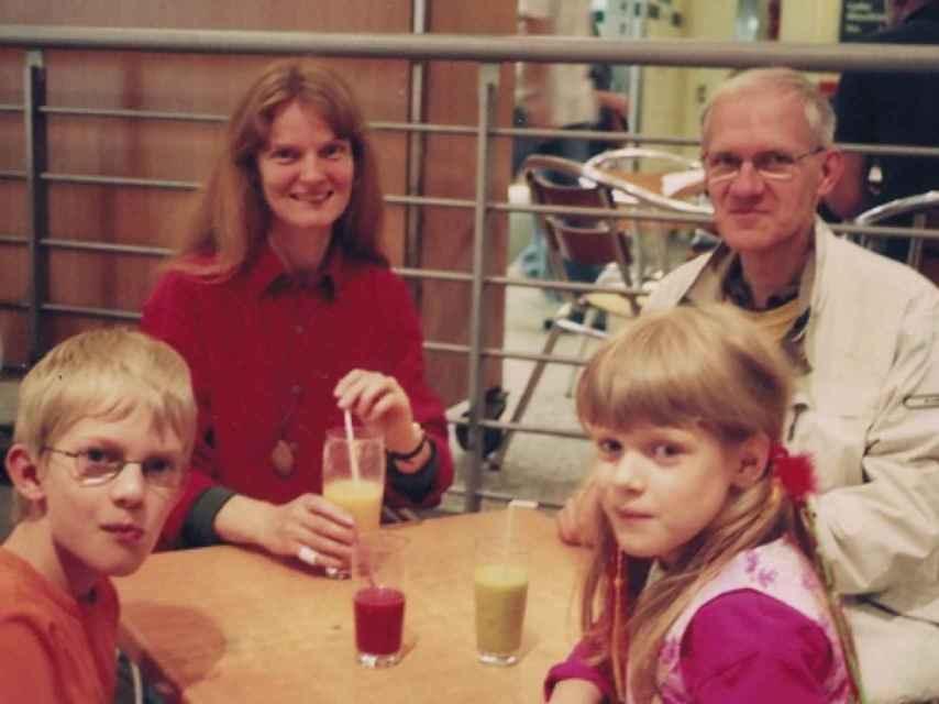 Schwarzer es un vegano jubilado de 78 años. En la imagen, junto a su familia.