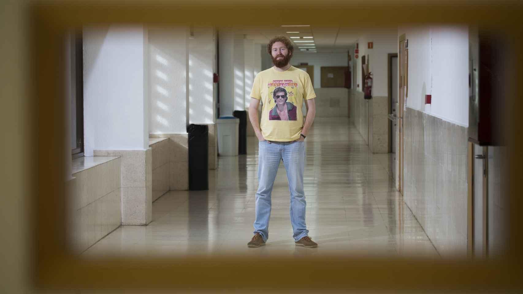 Pedro Laguna, sevillano afincado en Londres, en los pasillos de la facultad de ingeniería informática de Sevilla.