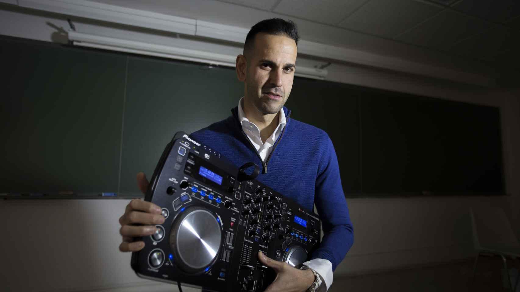 Deepak Daswani, experto en contraseñas, sostiene una mesa de mezclas que es capaz de hackear a través de un teléfono móvil.