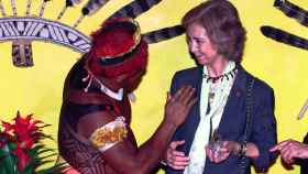La reina Sofía con un jefe indio en un viaje a Brasil