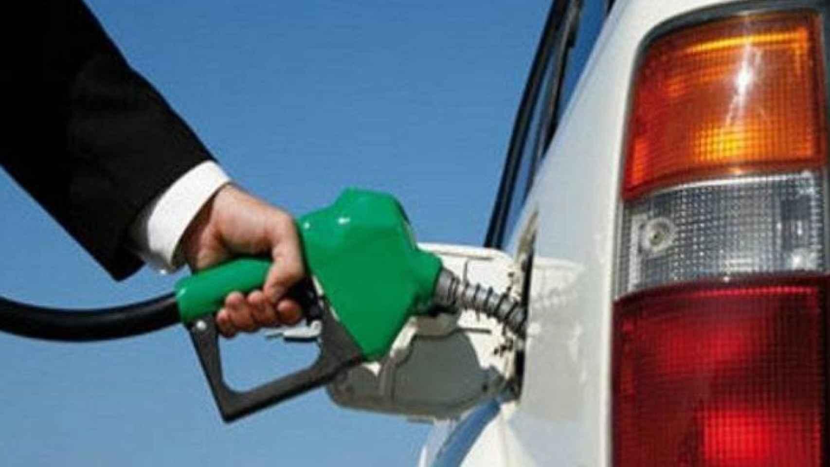 """Competencia detecta un """"elevado paralelismo"""" en los precios de la gasolina."""