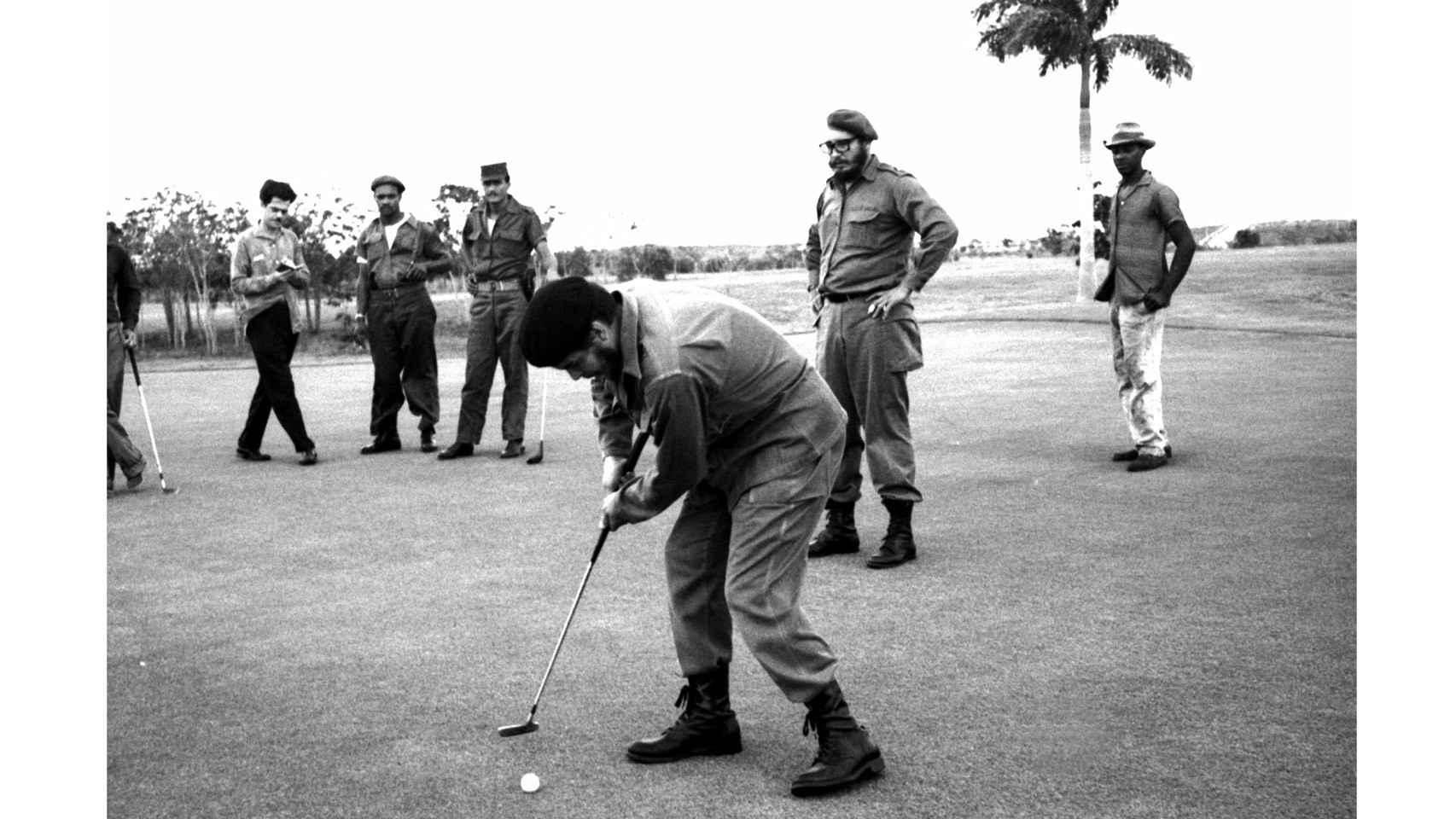 El Ché juega al golf mientras es observado por Fidel Castro en La Habana./ Reuters