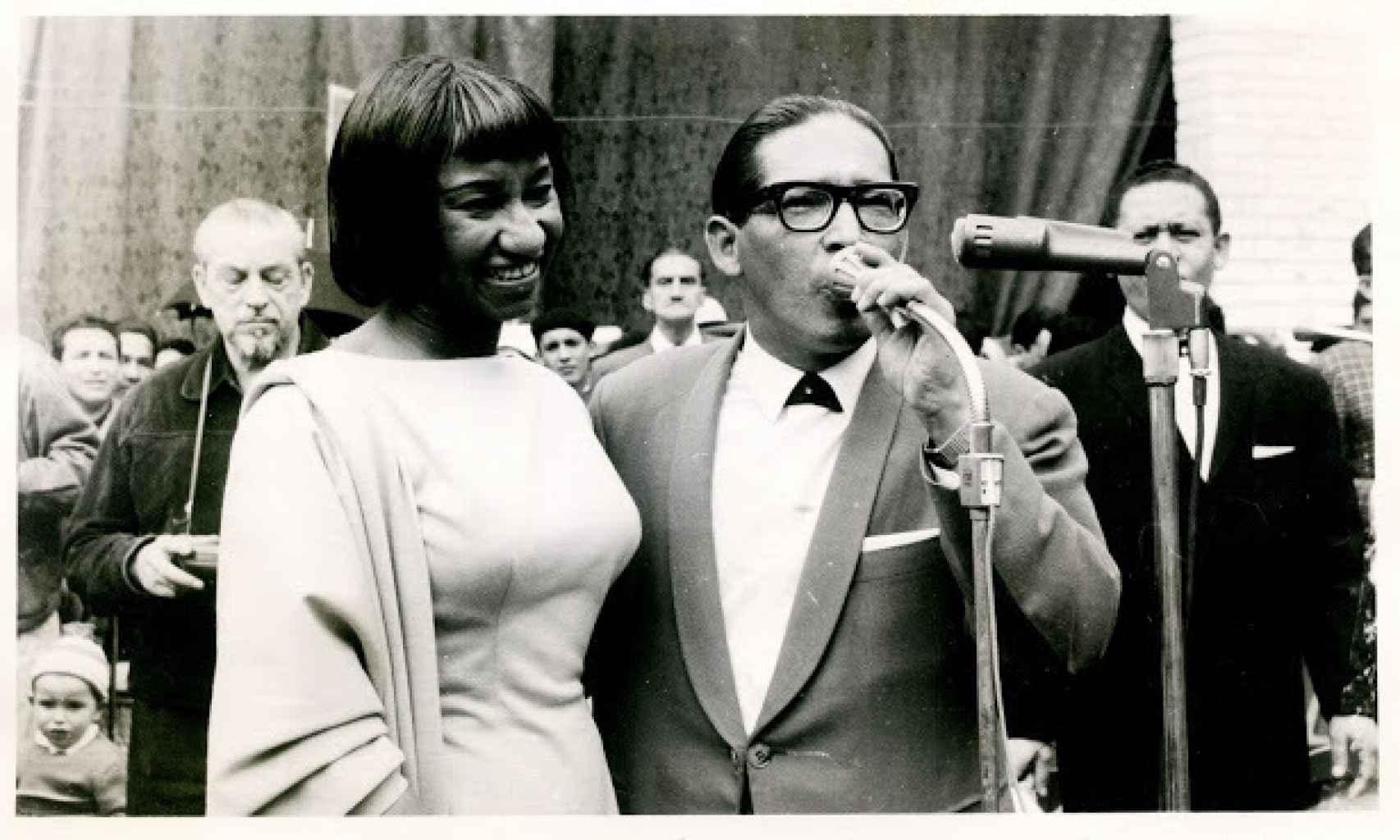 Lucho Bermúdez con Celia Cruz, en el Cabaret Tropicana de La Habana.