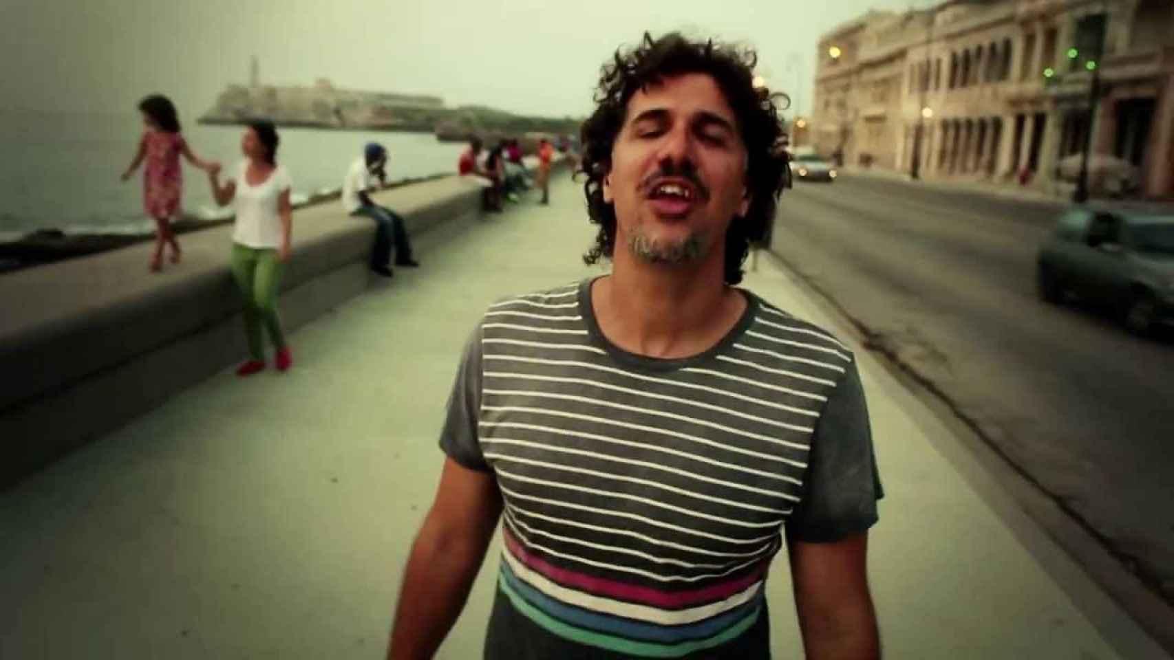 Roberto Carcassés, en el vídeo Viene y va la Felicidad.