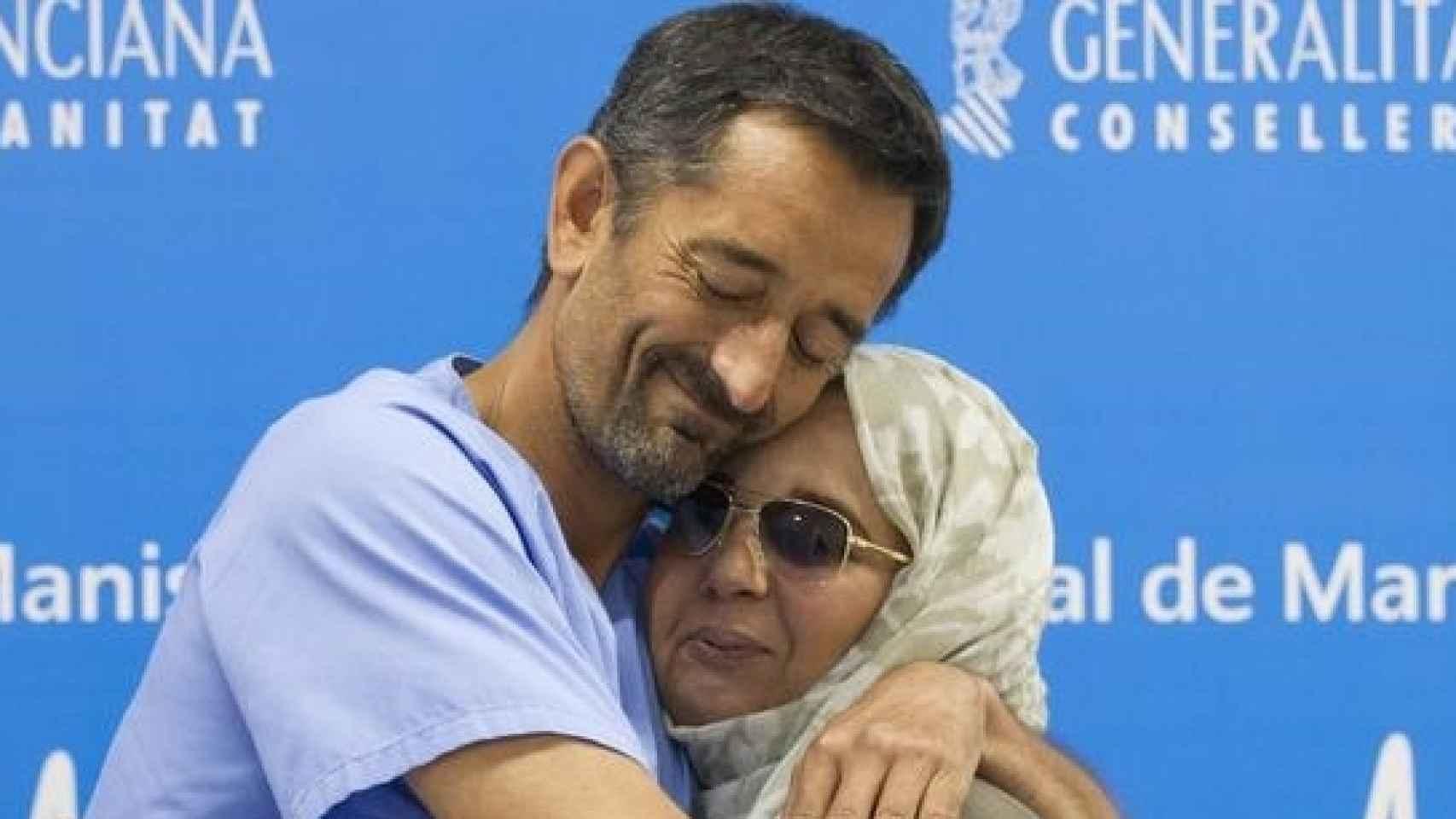 El doctor Pedro Cavadas extirpó el tumor de Samira de forma altruista, sin cobrar ni un sólo euro.