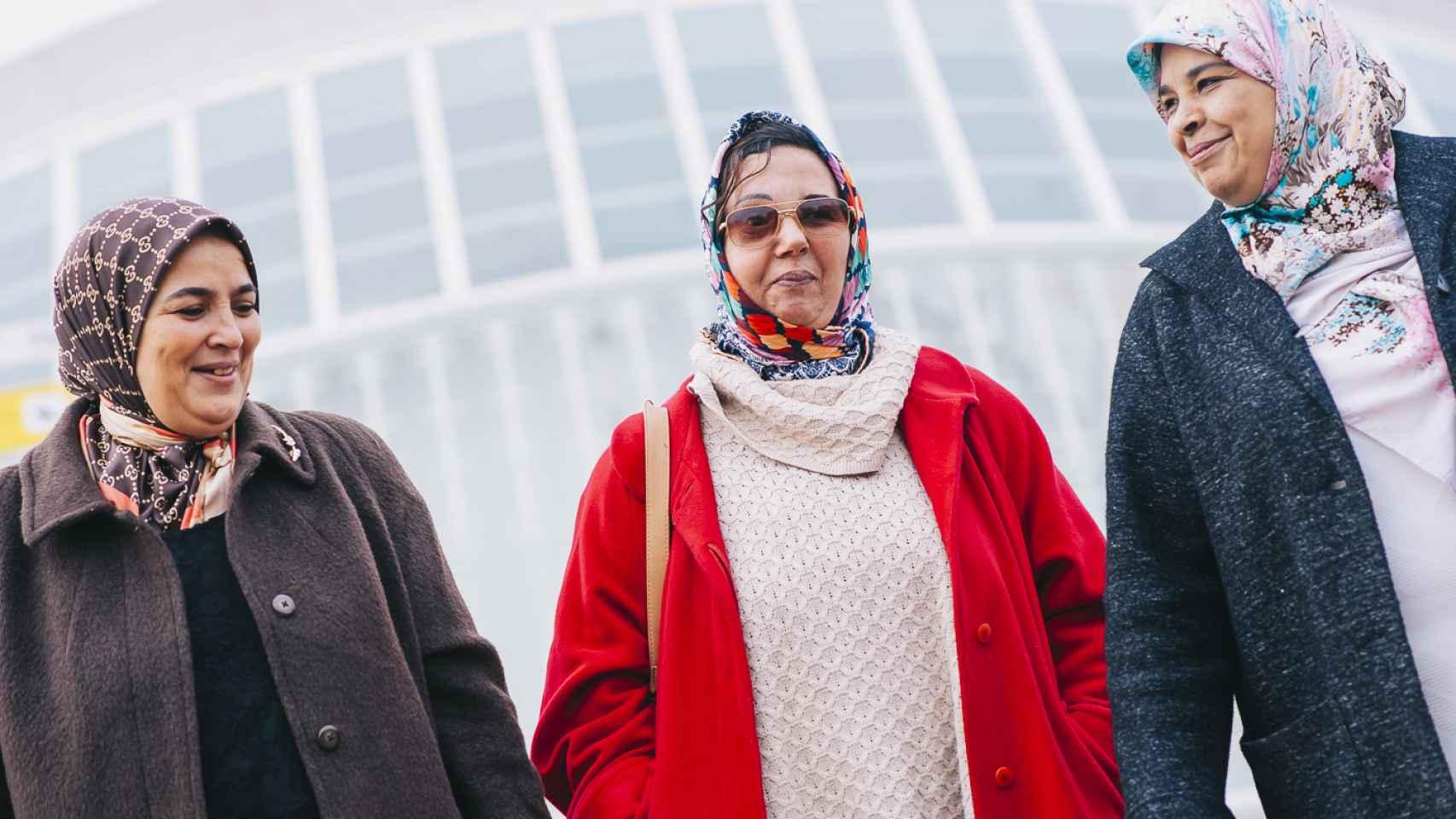 A la izquierda, Samira Zine, quien acogió a la paciente en su casa durante un año. A la derecha, Latifa Boumediane. Las tres se han convertido en grandes amigas.