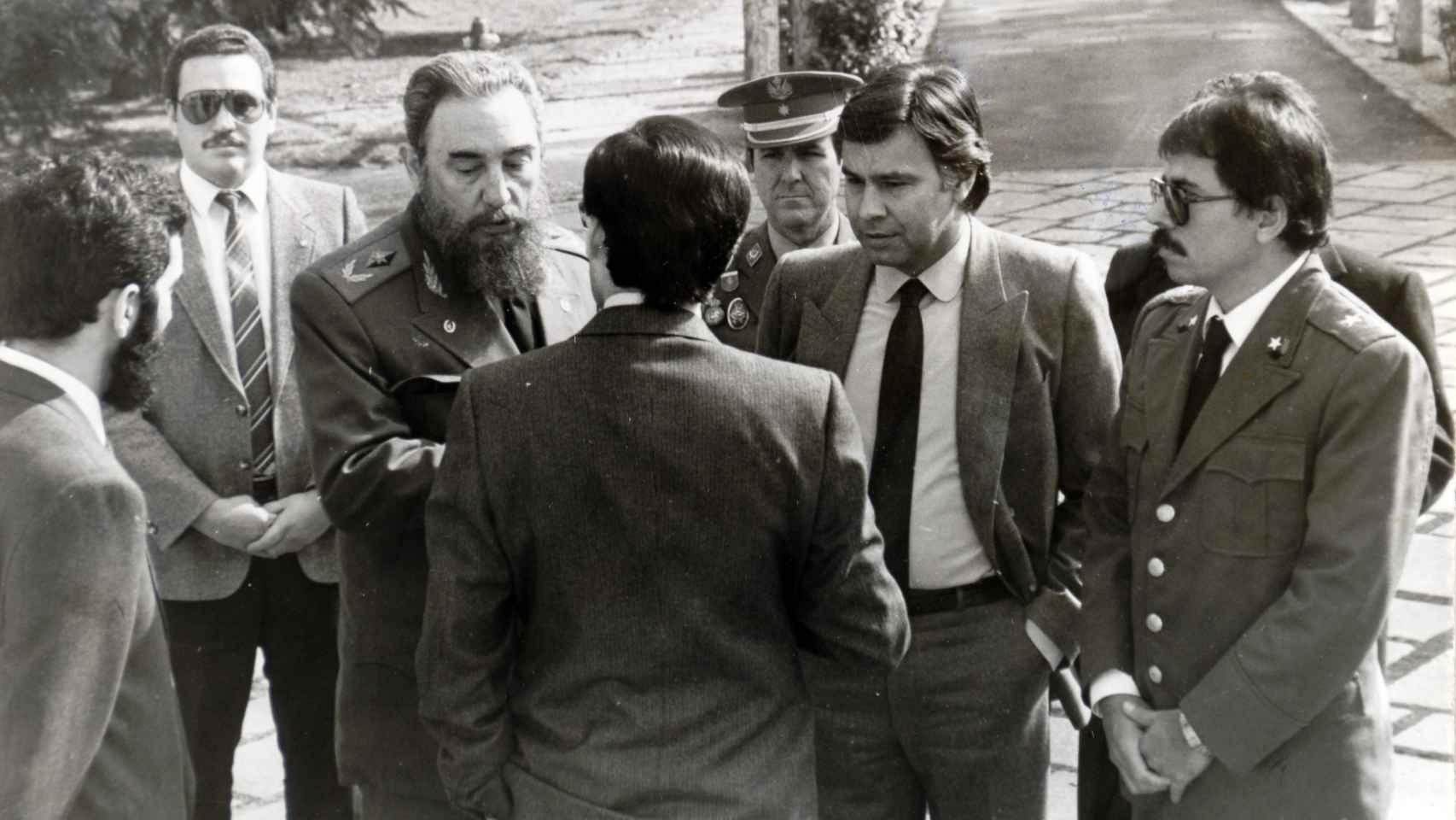 El comandante cubano junto a Daniel Ortega y Felipez Goznález en una visita a España.