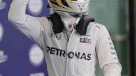 Lewis Hamilton celebra su primera posición en la parrilla de Abu Dhabi.