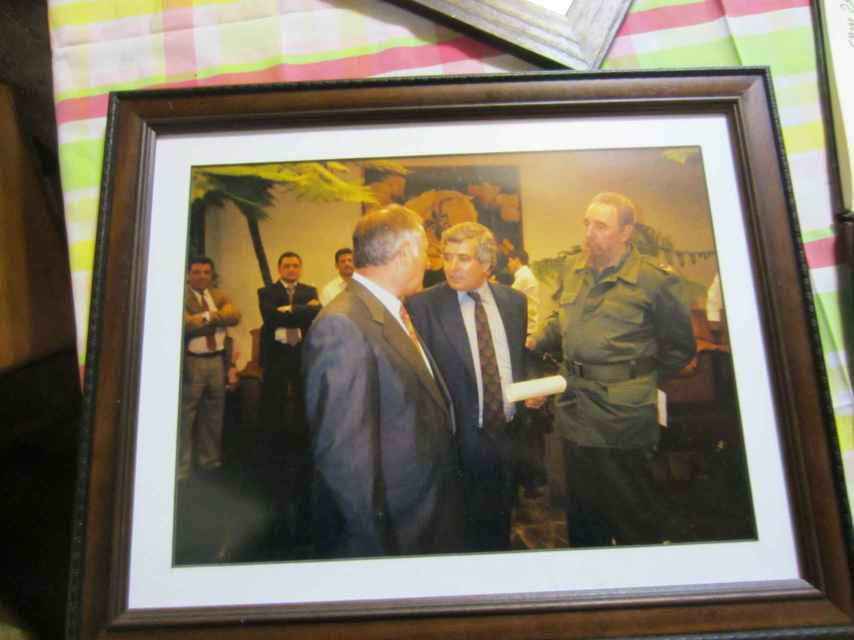Carlos con Fidel Castro en una visita a La Habana en el año 2002
