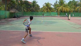 Partido de tenis entre niños en Camboya.