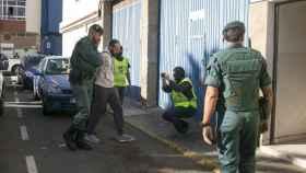 El presunto yihadista detenido en Barajas, es trasladado por agentes de la Guardia Civil a su vivienda para proceder a su registro.
