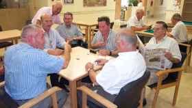 Jubilados jugando al dominó.