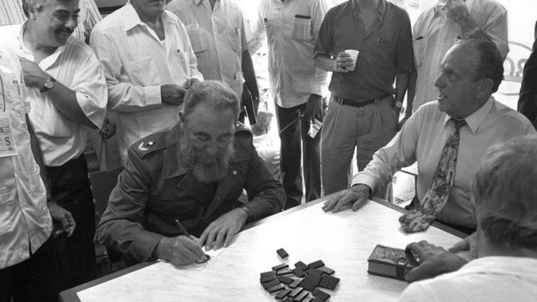 Manuel Fraga y Fidel Castro juegan al dominó en Láncara.